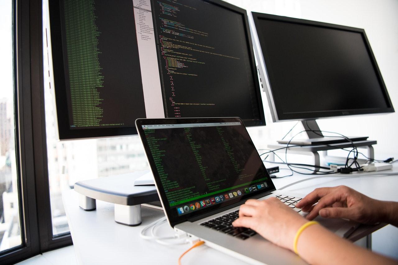 ما هي الأمور التقنية التي يجب أن تتوفر عند تصميم موقع الكتروني لنادي رياضي ؟