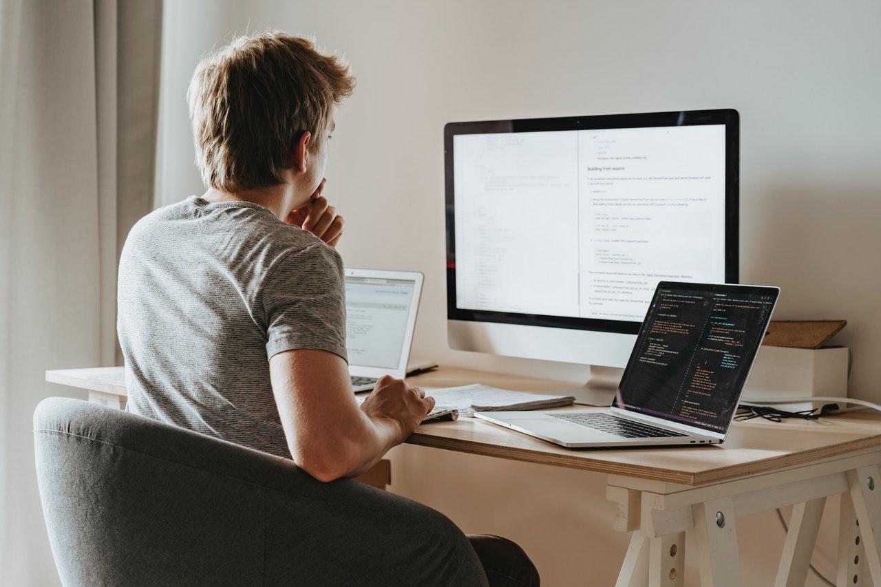 ما هي الأمور التقنية التي يجب أن تتوفر عند تصميم موقع شركة تطوير عقاري